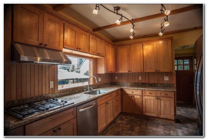 Natural Maple Shaker Style Kitchen Cabinets